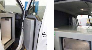 Nevera adaptada al hueco del copiloto en furgoneta de reparto de comida a domicilio