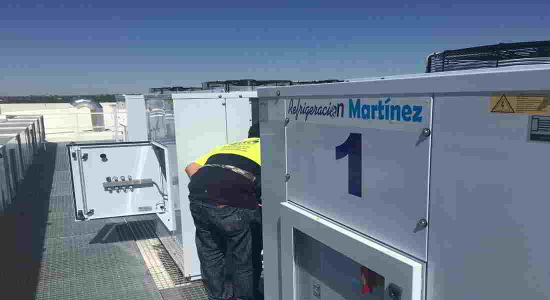 Plano de las condensadoras Zanotti jutno con un operario del instalador Refrigeración Martínez, nuestro cliente que está trabajando en ese momento.