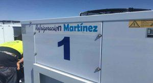 Un trabajdor de Refrigeración Martínez instalando una de las cuatro condensadoras Zanotti