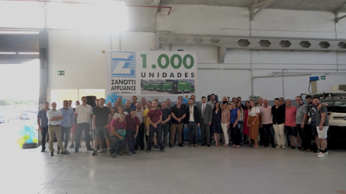 Foto del grupo del personal de Zanotti, Subiela, proveedores y clientes que han hecho posible la unidad 1.000 de Zanotti entregada a Mercadona