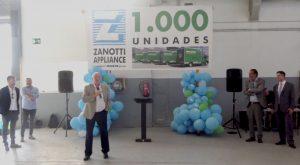 Máximos representantes de Daikin y Zanotti en el escenario del evento bajo una lona de 1.000 unidades Zanotti para Mercadona