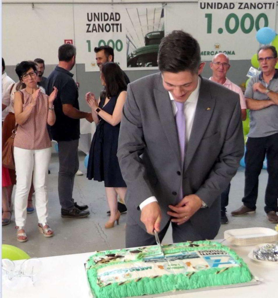 Evren Akçora, Senior Manager Transport Refrigeration Daikin Europe corta la tarta de la fiesta de Mil Unidades Zanotti entregadas a Mercadona