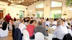 Plano general del salón de la comida inaugural del V Congreso Nacional del Transporte Frigorífico. Casi 300 asistentes