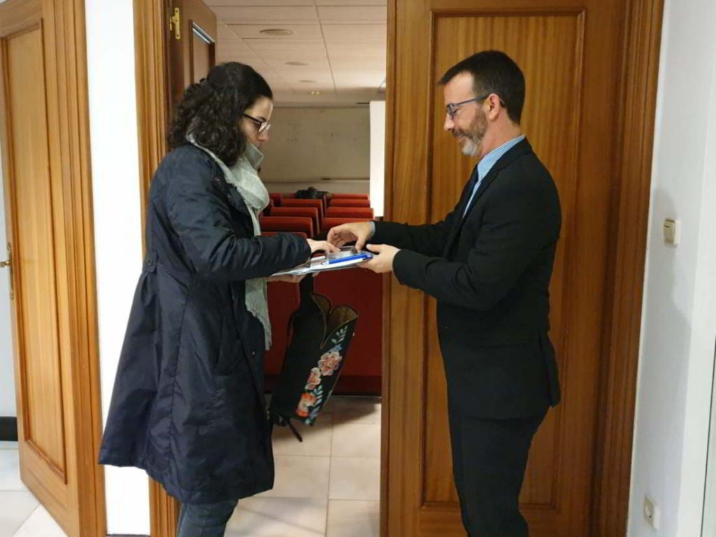 David Romay de Zanotti Appliance recibe a una asistente de la jornada técnica del Colegio de Ingenieros Técncios Industriales de Santander