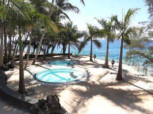 Vista exterior de la piscina del Hotel Los Fariones Lanzarote