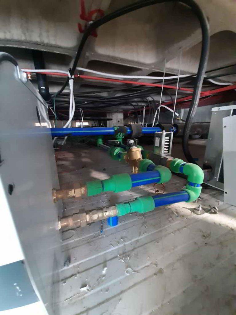 Circuito de entrada y salida del agua al condensador de la unidad
