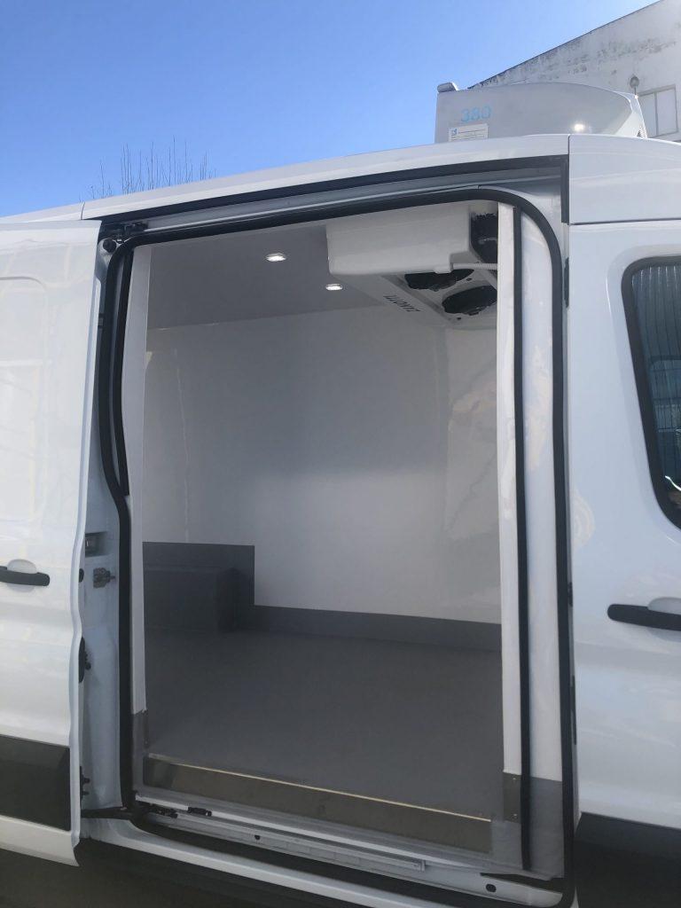 Puerta lateral del vehículo refrigerado con Zanotti FZ238 destinado al transporte de medicamentos